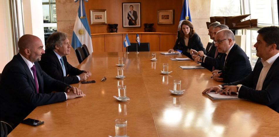 MD10 – BUENOS AIRES (ARGENTINA), 15/5/2018.- Fotografía cedida del secretario general de la Organización de Estados Americanos (OEA), Luis Almagro (2-i), y el canciller argentino, Jorge Faurie (2-d), quienes se reúnen hoy, 15 de mayo de 2018, en Buenos Aires (Argentina). Almagro y Faurie hablaron sobre la crisis que atraviesa Venezuela y sobre la próxima asamblea de la OEA, que se celebrará en Washington D.C. en junio. EFE/CANCILLERÍA ARGENTINA / SOLO USO EDITORIAL / NO VENTAS